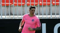 Penyerang Atletico Madrid, Fernando Torres melakukan pemanasan saat sesi latihan di Ciudad Deportiva Wanda di Madrid (2/5). Pada leg pertama Atletico Madrid bermain imbang 1-1 atas Arsenal di Emirates Stadium. (AFP Photo/Pierre-Philippe Marcou)