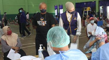Ketua DPP Partai NasDem, Okky Asokawati meninjau pelaksanaan vaksinasi Covid-19 di Jakarta