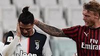 Bek AC Milan, Simon Kjaer, menghibur Cristiano Ronaldo yang gagal mencetak gol lewat tendangan penalti pada laga leg kedua semifinal Coppa Italia di Allianz Stadium, Sabtu (13/6/2020) dini hari WIB. Juventus bermain imbang 0-0 atas AC Milan. (AFP/Miguel Medina)