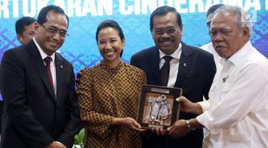 Jaksa Agung HM Prasetyo (kedua kanan) berfoto bersama dengan Menhub Budi Karya, Menteri BUMN Rini Soemarno dan Menteri PUPR Basuki Hadimuljono saat menghadiri penandatanganan nota kesepahaman di Jakarta, Kamis (1/3). (Liputan6.com/JohanTallo)