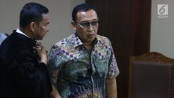 Sekertaris Jenderal Komite Olahraga Nasional Indonesia (KONI) Ending Fuad Hamidy berbincang dengan kuasa hukumnya saat menjalani sidang perdana sebagai terdakwa di Pengadilan Tipikor, Jakarta, Senin (11/3). (Liputan6.com/Johan Tallo)