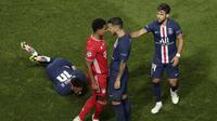 Gelandang PSG asal Argentina, Leandro Paredes terlibat keributan dengan pemain Bayern Munchen, Serge Gnabry usai pelanggaran yang menimpa Neymar pada final Liga Champions Estadio da Luz, Lisbon, Portugal, pada Senin (24/8/2020). (Manu Fernandez / AFP)