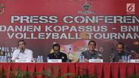 Ketua Binpres Pengprov PP PBVSI DKI, Budiawan (kedua kiri) bersama Dan Grup 3 Kopassus Kolonel Inf Safta Feryansah memberi keterangan terkait turnamen voli Danjen Kopassus-BNI Open 2018 di Jakarta, Kamis (29/3). (Liputan6.com/Helmi Fithriansyah)