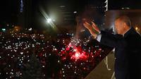 Presiden Turki Recep Tayyip Erdogan menyapa pendukung Partai Keadilan dan Pembangunan (AKP) di Ankara, Turki, Senin (25/6). Presiden Jokowi mengucapkan selamat atas kembali terpilihnya Erdogan sebagai presiden. (Presidency Press Service via AP, Pool)