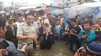 Anies Baswedan meninjau korban banjir Jakarta. (Radityo/Liputan6.com)