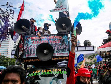 Asap Suar Warnai Unjuk Rasa Buruh Tolak UU Cipta Kerja
