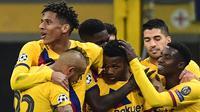 Para pemain Barcelona merayakan gol yang dicetak Ansu Fati ke gawang Inter Milan pada laga Liga Champions di Stadion San Siro, Milan, Selasa (10/12). Inter kalah 1-2 dari Barcelona. (AFP/Miguel Medina)