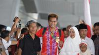 Tontowi Ahmad, dan keluarga di Terminal 3, Bandara Soekarno-Hatta, Jakarta, Selasa (23/8/2016). (Bola.com/Nicklas Hanoatubun)