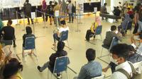 Aktivitas nasabah di Kantor Cabang Bank Mandiri Kendari, Sulawesi Tenggara.(Liputan6.com/Ahmad Akbar Fua)