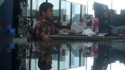 Seorang pegawai beraktivitas di hadapan komputer saat mulai masuk kerja usai libur Lebaran di Balai Kota DKI Jakarta, Rabu (21/6). Usai halalbihalal, pegawai Pemprov DKI mulai berkerja normal. (Merdeka.com/Imam Buhori)