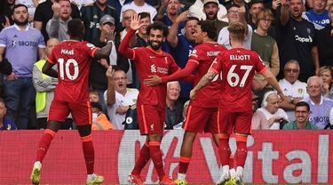 Pemain Liverpool Mohamed Salah (kedua kiri) melakukan selebrasi usai mencetak gol ke gawang Leeds United pada pertandingan Liga Inggris di Elland Road, Leeds, Inggris, 12 September 2021. Liverpool menang 3-0. (Oli SCARFF/AFP)