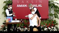 Presiden Joko Widodo (Jokowi) menerima vaksin COVID-19 buatan Sinovac dari China pada Rabu (13/1/2021) di Istana Negara, Jakarta. (Screenshot Live Youtube Sekretariat Presiden)