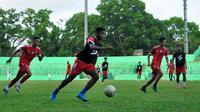 Pemain Arema saat latihan di Stadion Gajayana sebelum menjalani laga tandang panajng. (Bola.com/Iwan Setiawan)