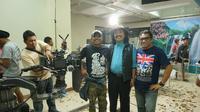 Pidi Baiq bersama dengan kru film Koboy Kampus