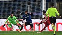 Gelandang Liverpool, Mohamed Salah, berusaha mencetak gol ke gawang Atalanta pada laga lanjutan Liga Champions 2020/2021 di Gewiss Stadium, Rabu (4/11/2020) dini hari WIB. Liverpool menang 5-0 atas Atalanta. (AFP/Miguel Medina)