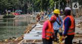 Pekerja mengerjakan proyek pemasangan sheet pile (turap) di kawasan Waduk Sunter Selatan, Jakarta, Senin (18/11/2019). Pemkot Jakarta Utara terus berupaya mempercantik kawasan Danau Sunter Selatan, salah satunya dengan pembangunan sheet pile atau turap. (Liputan6.com/Faizal Fanani)