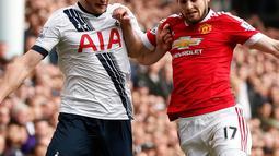 Gelandang Manchester United, Daley Blind (kanan) berusaha membawa bola dari kawalan bek Tottenham, Eric Dier pada lanjutan liga Inggris di stadion White Hart Lane, London, (10/4). Tottenham menang telak atas MU dengan skor 3-0. (Reuters/John Sibley)