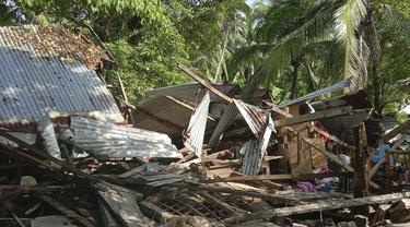 Sebuah rumah roboh akibat gempa yang melanda Cataingan, provinsi Masbate, Filipina tengah  (18/8/2020). Gempa bumi berkekuatan Magnitudo (M) 6,7 mengguncang wilayah Filipina bagian tengah pada Selasa (18/8/2020) pagi waktu setempat. (John Mark Lalaguna/Philippine National Red Cross via AP)