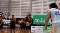 Pemain Hangtuah, Gary Jacobs (tengah), saat memperkuat timnya melawan Pelita Jaya pada lanjutan IBL 2018-2019 di GOR Sritex Arena, Solo, Kamis (10/1/2019). (Bola.com/Yus Mei Sawitri)