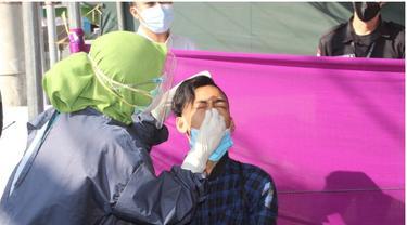 Salah satu pengunjung pasar harian di Gorontalo, yang sebelumnya tidak memakai masker, langsung di rapid antigen. foto: dok humas (Arfandi Ibrahim/Liputan6.com)
