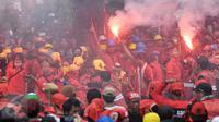 Buruh menyalakan flare saat aksi Hari Buruh di Jalan Medan Merdeka, Jakarta, Senin (5/1). Minta diperbolehkan mendekat ke Istana Negara, buruh menyalakan kembang api dan flare. (Liputan6.com/Yoppy Renato)