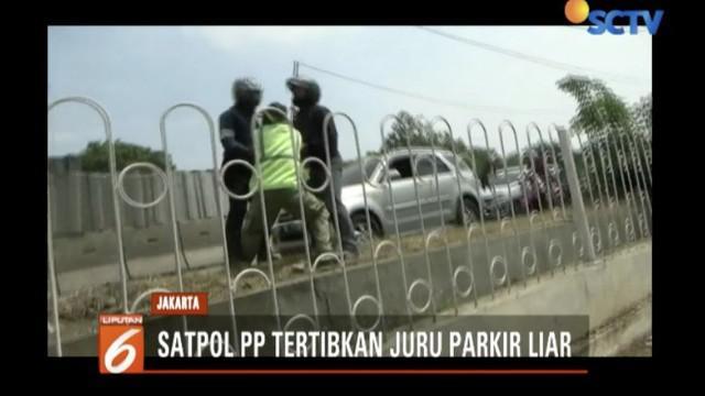 Satpol PP amankan pemarkir liar di daerah Cakung, Jakarta Timur.
