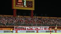 Suporter Madura United di Stadion Gelora Madura, Pamekasan (28/5/2019). (Bola.com/Aditya Wany)