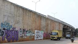 Kendaraan melintas di sekitar dinding Jalan Tol Depok-Antasari (Desari), Ciganjur, Jakarta Selatan, Rabu (24/10). Tol Desari diresmikan oleh Presiden Joko Widodo pada 27 September 2018. (Liputan6.com/Immanuel Antonius)
