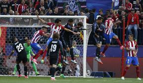 Gelandang Atletico Madrid Saul Niguez (dua dari kanan) menanduk bola untuk merobek gawang Real Madrid pada leg kedua semifinal Liga Champions di Estadio Vicente Calderon, Kamis (11/5/2017) dinihari WIB. (AP Photo/Francisco Seco)