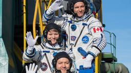 Astronot AS Anne McClain (tengah), kosmonot Rusia Оleg Kononenko (bawah), dan astronot CSA David Saint Jacques (atas) bersiap meluncur ke Stasiun Luar Angkasa Internasional (ISS) di Baikonur, Kazakhstan, Senin (3/12). (Aubrey Gemignani/NASA via AP)