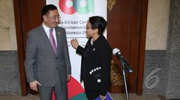 Menlu Retno Marsudi (kanan) berbincang dengan Menlu Mongolia Lundeg Purevsuren disela Konferensi Tingkat-Tinggi (KTT) Asia Afrika di JCC, Selasa (21/4/2015). (Liputan6.com/Herman Zakharia)