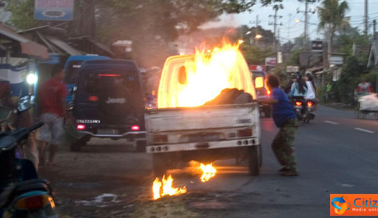 Citizen6, Pasuruan: Sebuah mobil pick up warna putih tiba-tiba terbakar, kejadian terjadi di Jalan Warungdowo, Kabupaten Pasuruan, tidak ada korban dalam pristiwa ini, Minggu (10/7). (Pengirim: Aries Deddy)