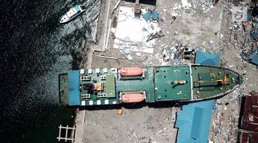 Pandangan udara, sebuah kapal KM Sabuk Nusantara 39 terseret ombak akibat tsunami Pelabuhan Wani, Donggala, Sulawesi Tengah Kamis (4/10). Kapal yang sedang bersandar terbawa arus hingga 70 meter. (Liputan6.com/Fery Pradolo)