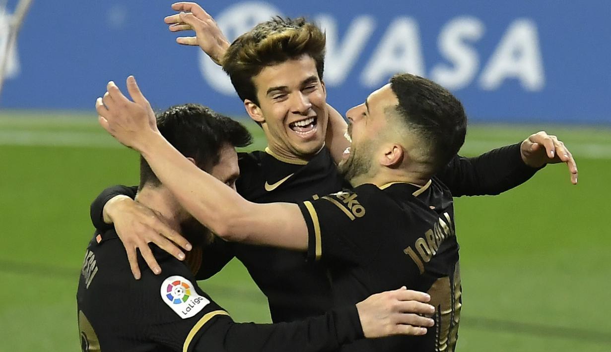 Penyerang Barcelona, Lionel Messi berselebrasi dengan rekannya usai mencetak gol ke gawang Real Sociedad pada pertandingan La Liga Spanyol di stadion Reale Arena di San Sebastian, Spanyol, Senin (22/3/2021). Messi mencetak dua gol dan mengantar Barcelona menang 6-1. (AP Photo/Alvaro Barrientos)