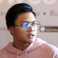 Ikki mengungkapkan bahwa lagu Sweet Talk yang dibawakan memiliki makna luas. Jalinan asama pasangan masih menjadi tema utama lagu Rizky. (Deki Prayoga/Bintang.com)