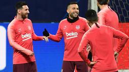 Pemain Barcelona, Lionel Messi bercanda dengan rekan setimnya, Jordi Alba selama sesi latihan menjelang laga Liga Champions melawan Inter Milan di stadion San Siro, Senin (5/11). Sejauh ini, Messi sudah melewatkan empat pertandingan (Miguel MEDINA/AFP)