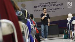 VP of Talent Bukalapak Gema Buana Putra menjadi pembicara dalam Emtek Goes To Campus di UGM, Yogyakarta, Selasa (16/10/2018). EGTC juga menghadirkan kompetisi news presenter, inspiring sharing dan entertainment talk. (Liputan6.com/Herman Zakharia)