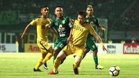 Duel Persebaya vs Bhayangkara FC di Stadion Gelora Bung Tomo, Surabaya, Senin (26/11/2018). (Bola.com/Aditya Wany)