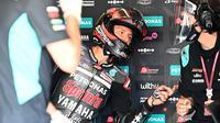 Fabio Quartararo berbincang dengan kru tim Petronas Yamaha saat mengikuti sesi kualifikasi MotoGP Republik Ceska 2020. (JOE KLAMAR / AFP)