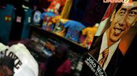Seorang pedagang menjual kaos  bergambar Jokowi di Pasar Grosir Tanah Abang, Blog - G, Jakarta (Liputan6.com/Johan Tallo)