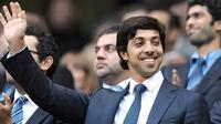 Owner Manchester City Sheikh Mansour bin Zayed Al Nahyan menyaksikan tim miliknya menundukkan Liverpool 3-0 di City of Manchester Stadium, 23 Agustus 2010. AFP PHOTO/ANDREW YATES