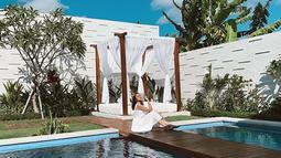 Menginap di salah satu villa estetik di Pulau Dewata, Andira tak lupa mengabadikan fotonya yang Instagram-able. (Liputan6.com/IG/@andirazh)