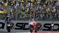 Pebalap Andrea Dovizioso dan Valentino Rossi, melakukan selebrasi usai menjuarai  MotoGP Italia di Sirkuit Mugello, Minggu (3/6/2018). Lorenzo finis dengan catatan waktu 41 menit 43,230 detik. (AFP/Filippo Monteforte)