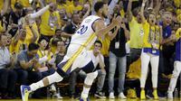 Guard Golden State Warriors, Stephen Curry, melakukan selebrasi setelah mencetak poin saat menghadapi Utah Jazz pada gim 1 putaran kedua playoff NBA 2017 di Oracle Arena, Oakland, Selasa (2/5/2017). (AP Photo/Marcio Jose Sanchez)