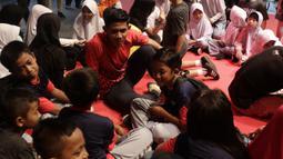 Pesepak bola Indonesia, Firza Andika, saat acara meets and greets ONE Championship dan Timnas Indonesia di Gandaria City Mall, Jakarta, Sabtu (25/1). ONE Championship dan PSSI bersinergi untuk pengembangan atlet di Tanah Air. (Bola.com/Yoppy Renato)