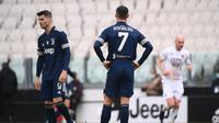 Dua striker Juventus, Alvaro Morata (kiri) dan Cristiano Ronaldo kecewa usai Benevento membuat gol dalam laga lanjutan Liga Italia 2020/2021 pekan ke-28 di Allianz Stadium, Turin, Minggu (21/3/2021). Juventus kalah 0-1 dari Benevento. (AFP/Marco Bertorello)
