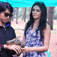 Deva Mahenra dan Alexa Key ternyata memang berani memegang ular.