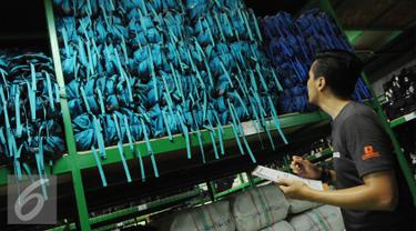 Seorang karyawan melakukan pengecekan di gudang pusat Consina yang baru saja diresmikan di Naragong, Bekasi, Senin (12/12). Gudang baru seluas hampir 1 hektar ini mampu menampung lebih dari 100.000 jenis dan varian barang. (Liputan6.com/Helmi Affandi)