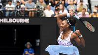 Serena Williams tidak menemui kendala berarti pada babak pertama Australia Open 2020. Petenis Amerika Serikat itu menang mudah 6-0 6-3 atas lawannya Anastasia Potopova, Senin (20/1/2020). (William WEST / AFP)