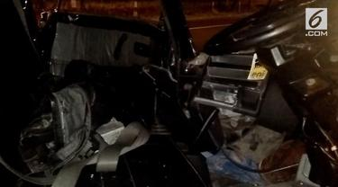 Sebuah pickup yang melaju kencang bertabrakan dengan Bus Murni Jaya di jalan utama Ajibarang Wangon kabupaten Banyumas Jawa Tengah, Jumat dinihari (03/08). Bagian depan mobil rusak parah dan pengemudi tak sadarkan diri.